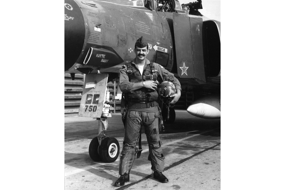 Gail Peck alongside his F-4D